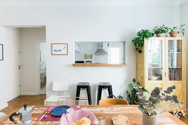 Passa prato sem moldura e balcão de madeira fica ótimo em parede branca (foto: Histórias de Casa)
