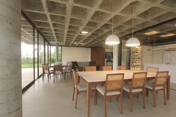 Laje nervurada em ambiente com tons neutros (foto: Galeria da Arquitetura)