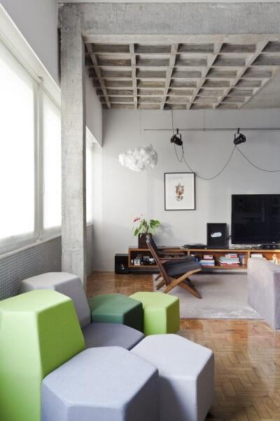 Laje nervurada em sala de estar com cadeira de madeira e puff verde (projeto: Filipe Ramos)