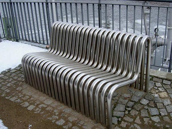 Mobiliário Urbano: banco com barras de aço (foto: Wikipédia)