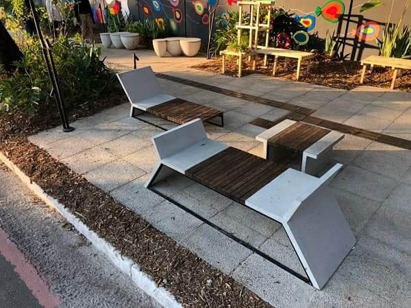 Mobiliário Urbano: banco de madeira e concreto (foto: GQ - Globo)