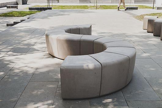Mobiliário Urbano de concreto polimérico de acabamento liso (foto: Pinterest)