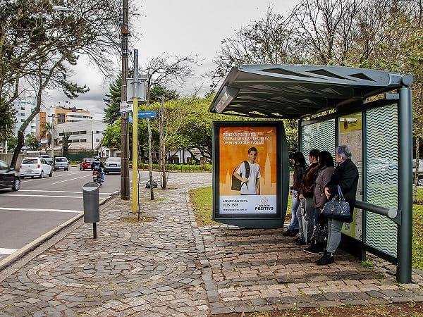 Mobiliário Urbano: exemplo de publicidade no ponto de ônibus (foto: Clear Channel)