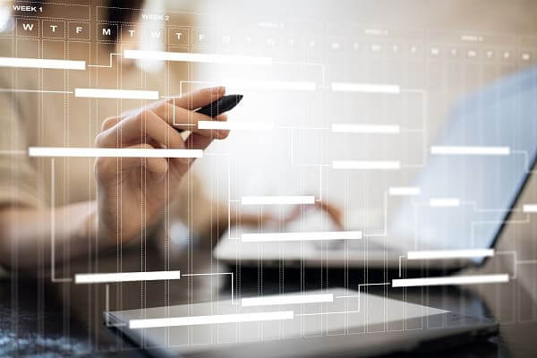 Pré-Obra: Profissionais fazendo anotações em um cronograma virtual (Adobe Stock Photos)