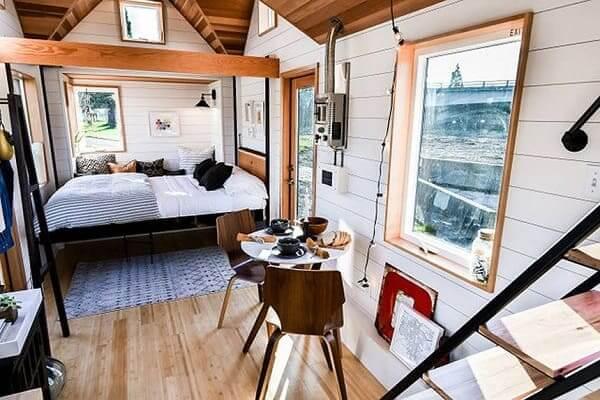 Tiny House cama e mesa redonda (foto: TreeHugger)