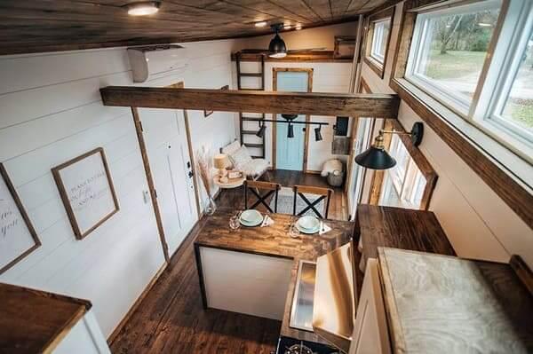 Tiny House com bancada de madeira (foto: TreeHugger)