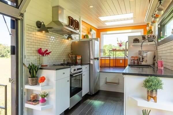 Tiny House com bancada de pedra e parede laranja (foto: Casa Vogue)