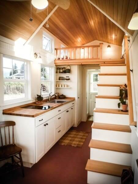 Tiny House com madeira clara e pintura branca (foto: Pinterest)