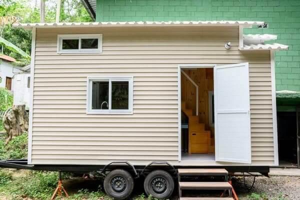 Tiny House de cor neutra sobre rodas (foto: Abreu.Digital)