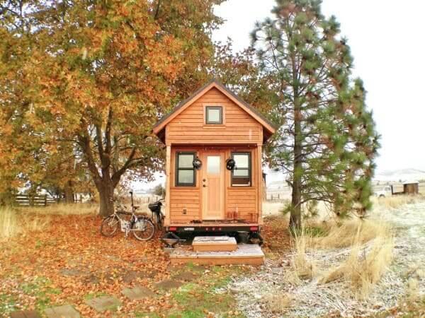 Tiny House de madeira com janelas na fachada (foto: Tammy Strobel)