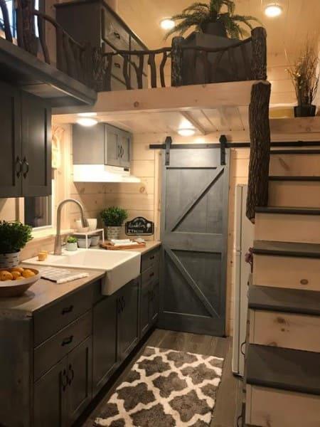Tiny House de madeira com porta de correr (foto: Pinterest)