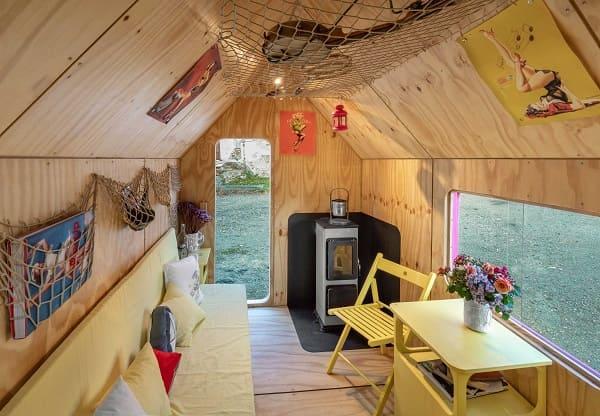 Tiny House: rede no teto ajuda a otimizar o espaço (foto: Pin-Up Houses)