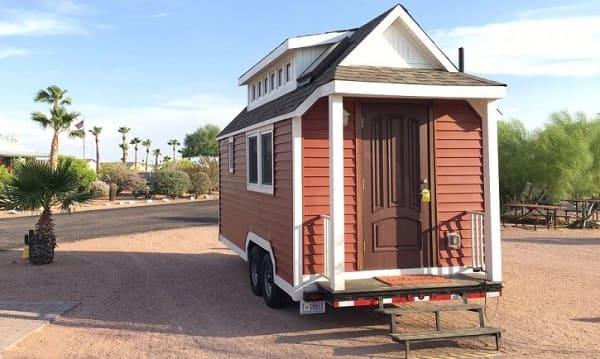 Tiny House sobre rodas com porta de madeira (foto: Green Building Solutions)