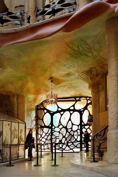 Casa Milá: entrada vista de dentro