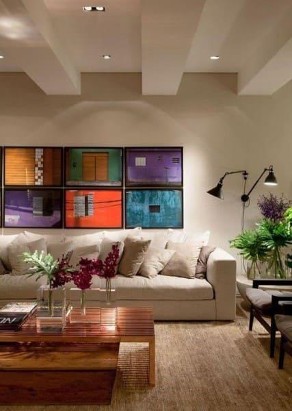 Parede de Quadro: quadros coloridos são pontos de cor em ambiente neutro (foto: Pinterest)