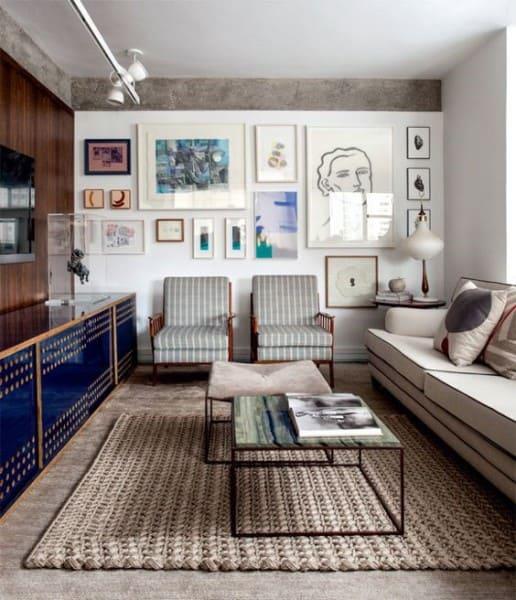 Parede de Quadros de diferentes tamanhos em sala de estar (foto: Pinterest)