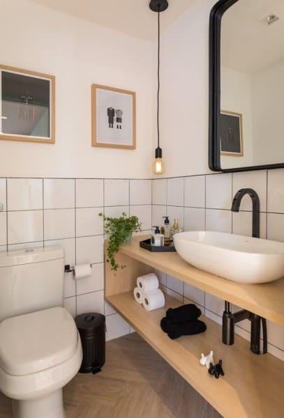 Parede de Quadros em banheiro dá charme (projeto: Marina Carvalho)