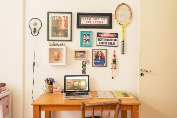 Parede de Quadros: home office decorado com quadros e raquetes (projeto: Casa Aberta)