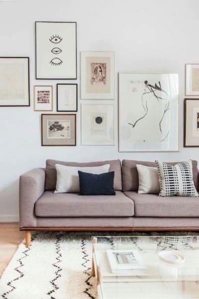 Parede de quadros: cores combinam com o sofá (foto: pinterest)
