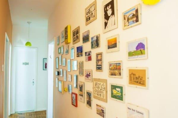 Parede de quadros: corredor com quadros pequenos (projeto: casa aberta)