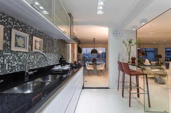 Parede de quadros delicados em bancada de cozinha (projeto: Márcia Acaro)