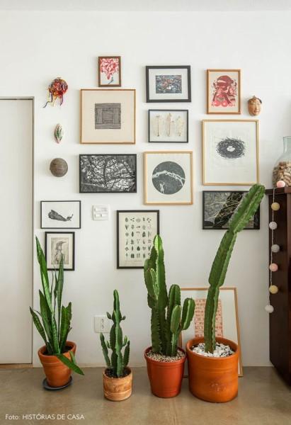 Parede de quadros e plantas é mistura perfeita (foto: Histórias de Casa)