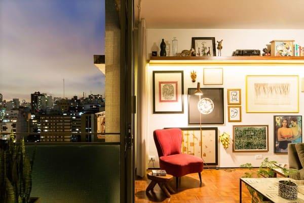 Parede de quadros: quadros também podem ser incluídos na parte de baixo da parede (foto: A.M Studio Arquitetura)