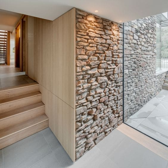 Pedra Madeira com revestimento de madeira é mistura perfeita (foto: Pinterest)