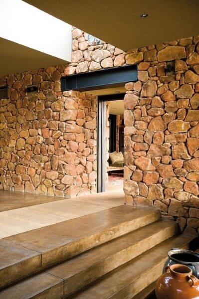 Pedra Madeira em entrada de casa (foto: Pinterest)