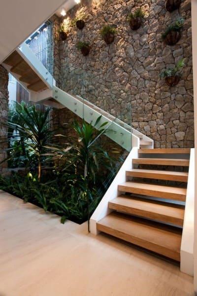 Pedra Madeira: jardim embaixo da escada (foto: Pinterest)
