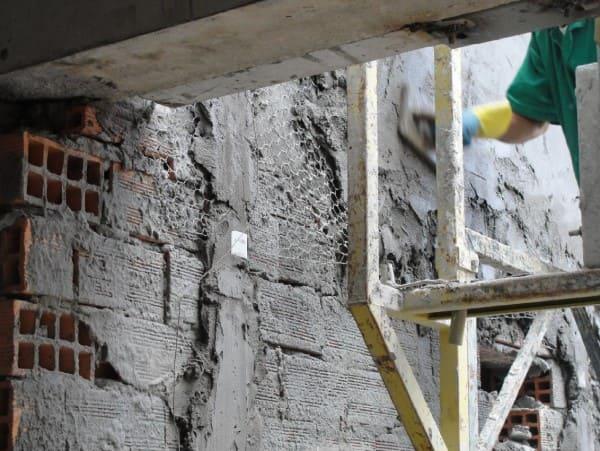 Pedra Madeira: tela metálica é incluída antes do assentamento (foto: UFRGS)