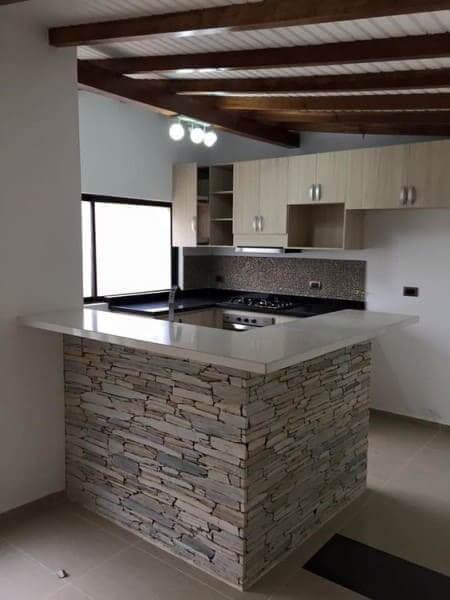 Pedra madeira em bancada de cozinha (foto: Pinterest)