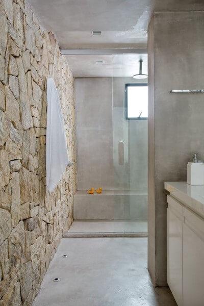 Pedra madeira em banheiro com tons claros (foto: Revista Casa e Jardim)