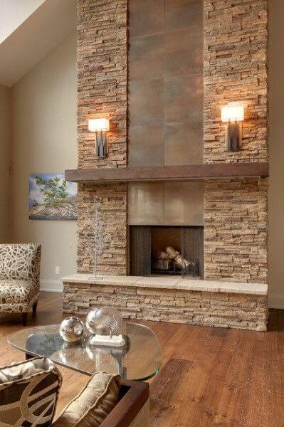 Pedra madeira em lareira com arandelas (foto: Pinterest)