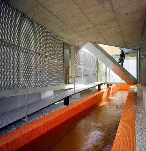Piscina de alvenaria com pastilha laranja (foto: Casa Vogue)
