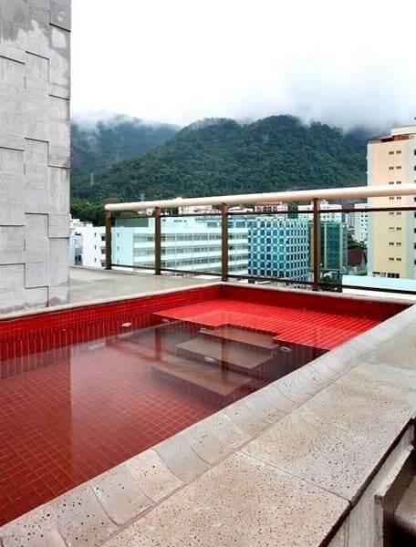 Piscina de alvenaria com pastilhas vermelhas (foto: Pinterest)