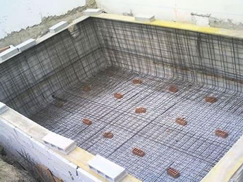 Como construir uma piscina de alvenaria: fundação com radier (foto: Comércio de Varginha)