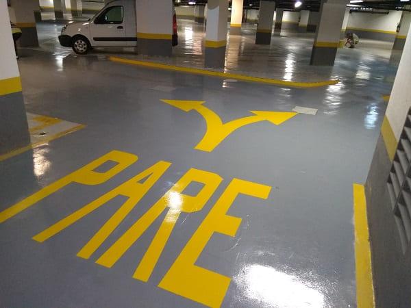 Piso Industrial: acabamento com pintura em estacionamento (foto: Revest Brasil)