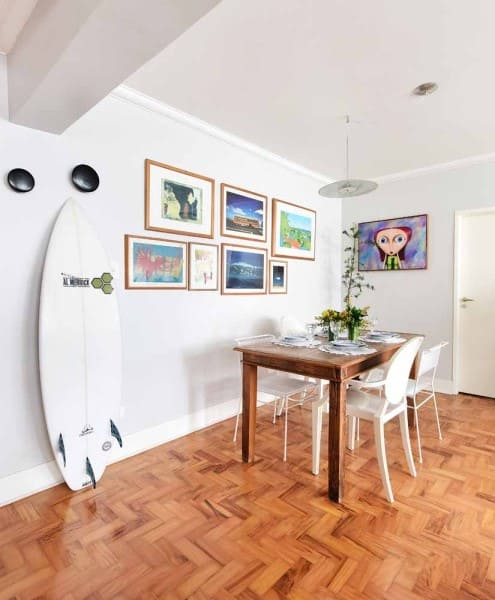 Piso de taco em apartamento com decoração descontraída faz sucesso entre jovens (projeto: Ana Yoshida)
