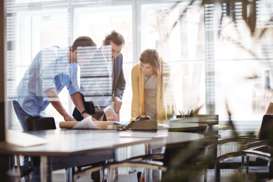 Atrasos na obra: profissionais em sala de reunião (foto: Adobe Stock)