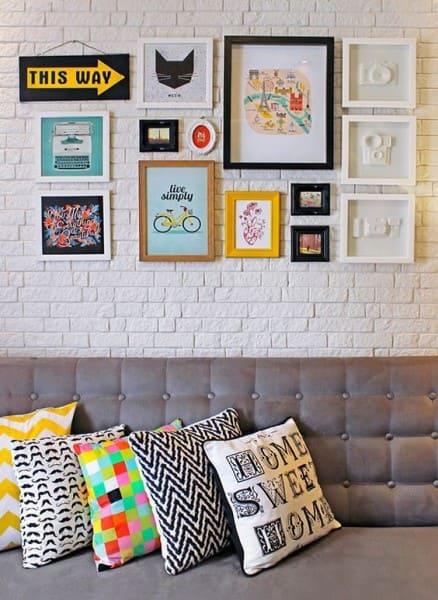 Parede de quadros composição colorida em parede de tijolinho (foto: Pinterest)