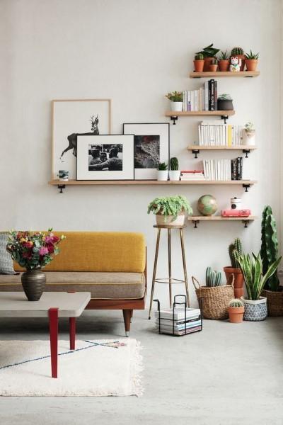 Parede de quadros na sala com prateleira (foto: Pinterest)