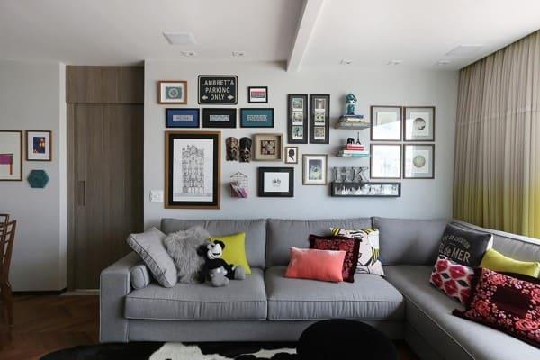 Parede de quadros: sala de estar com quadros misturados com itens de decoração (foto: Mandril Arquitetura)