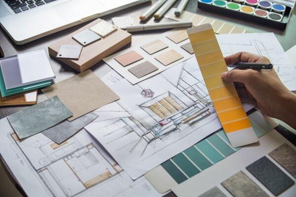 Primeira reunião com o cliente: Profissional decidindo sobre cores, acabamento e materiais para projeto
