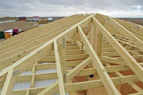 Vigas quadril em telhado de madeira (foto: Ohiogas)