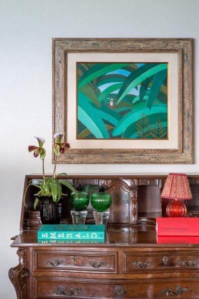 Cores complementares: abajur vermelho e quadro verde (projeto: Roberto Migotto)