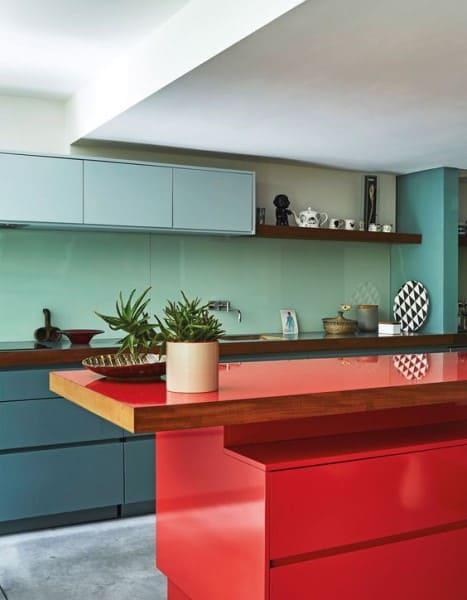 Círculo Cromático: cores complementares - bancada de cozinha vermelha e armários azuis (foto: Pinterest)