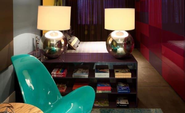 Cores complementares: cadeira verde tiffany e parede vermelha (foto: Casa Cor Paraná)