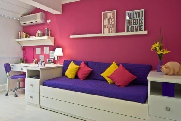 Círculo cromático: cores complementares - composição de almofadas e sofá roxo (projeto: Carolina Danielian)