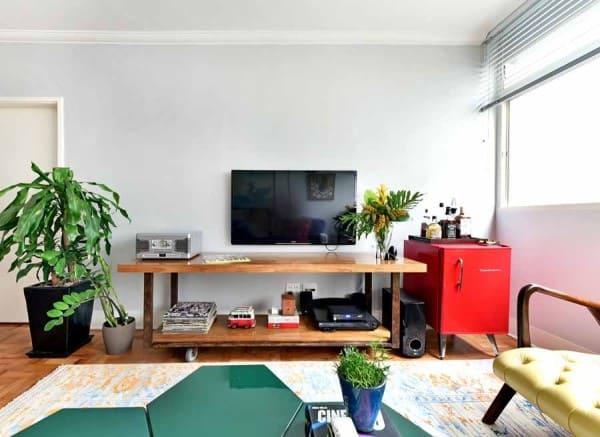 Círculo Cromático: cores complementares - mesa de centro verde e frigobar vermelho (foto: Ana Yoshida)